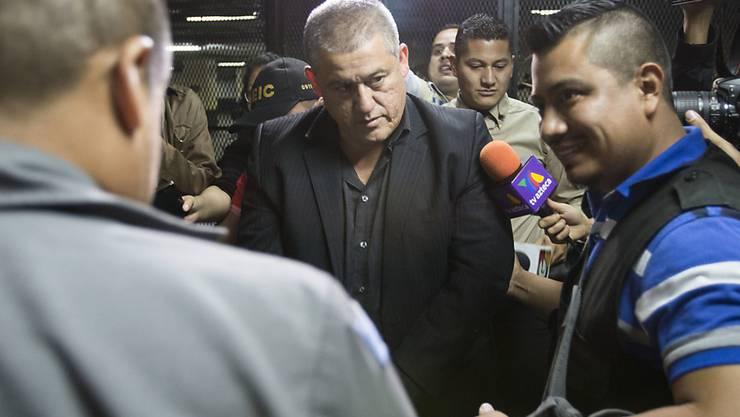 Guatemalas einstiger Sozialminister Carlos Rodas wird nach dem verheerenden Brand in einem Kinderheim von der Polizei abgeführt.