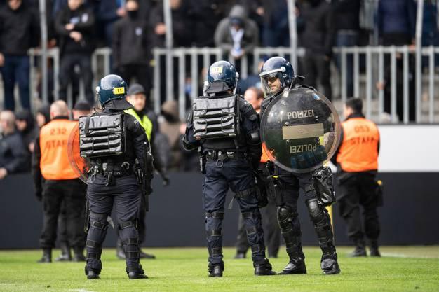 Gepanzerte Polizisten auf dem Grün der Swissporarena.