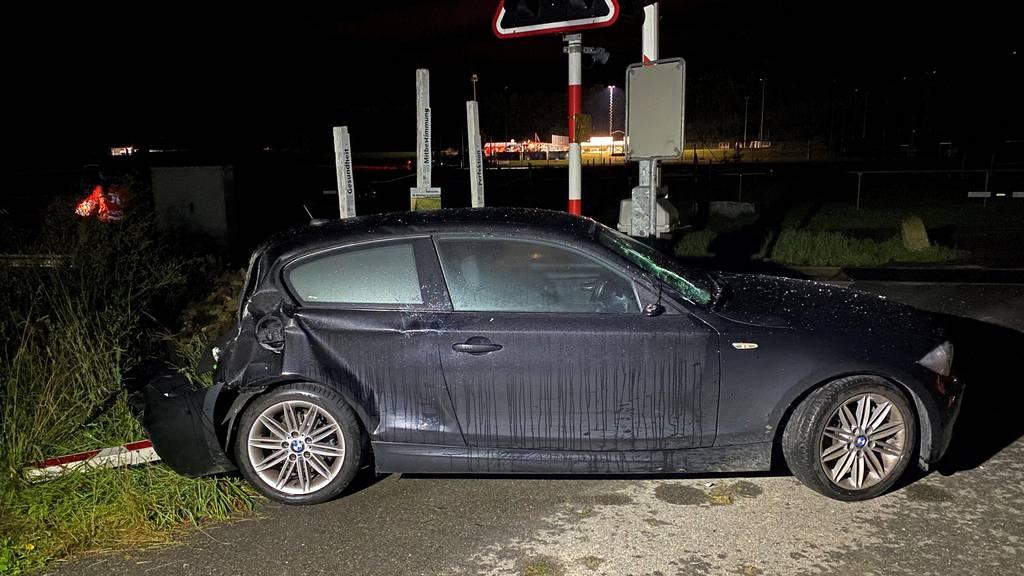 Betrunkener bleibt auf Gleis stecken – Auto wird von Zug erfasst