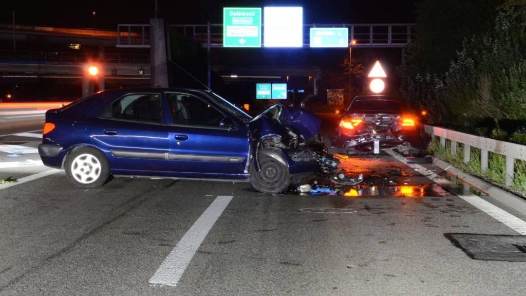 Der alkoholisierte Fahrer des blauen Autos prallte auf der A2 bei Muttenz in einen vor ihm fahrenden Wagen.