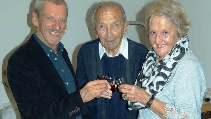 Alfred Forster (m.) stösst zu seinem 100-sten mit Anita Huisman (r.), Vorstandmitglied, und Peter Haudenschild, Präsident des Seniorenrates der Stadt Brugg, mit einem Gläschen Roten an.