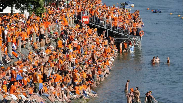 Die Holländischen Fans belagerten das Rheinbord.