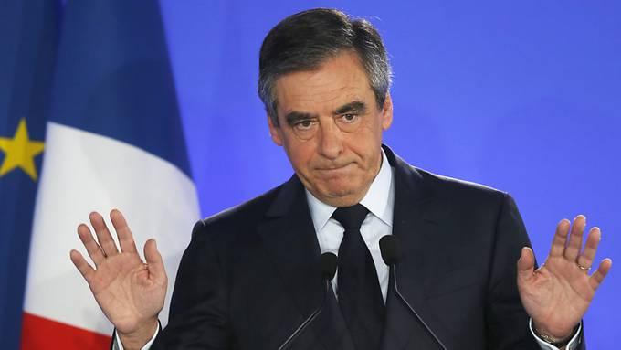 Der frühere französische Premierminister François Fillon muss sich in einer Scheinbeschäftigungsaffäre vor Gericht verantworten. (Archivbild)