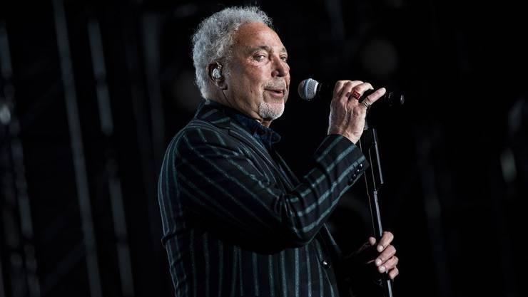 Der braungebrannte Tom Jones bei seinem Konzert am Jazzfestival Montreux.