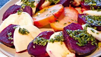 Caprese-Salat mit Randen und Basilikum-Sauce – Annemarie Wildeisen zeigt, wies geht.