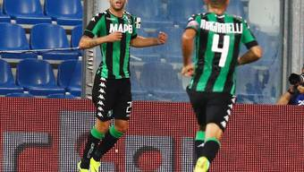 Sassuolos Domenico Berardi (links) bejubelt einer seiner zwei Treffer im Rückspiel gegen den FC Luzern