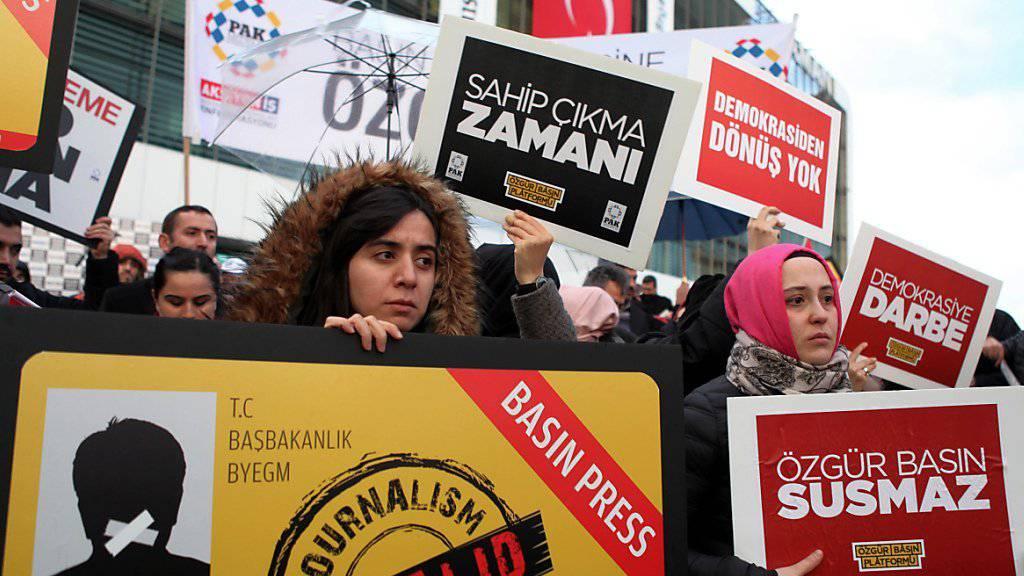 """Tausende Demonstranten in Istanbul wehren sich gegen das Vorgehen gegen die Zeitung """"Zaman""""."""