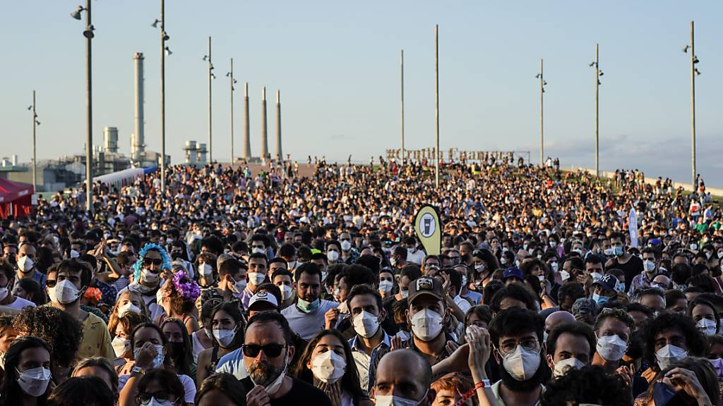 Festival mit Tausenden Teilnehmern in Barcelona trotz Corona-Anstiegs