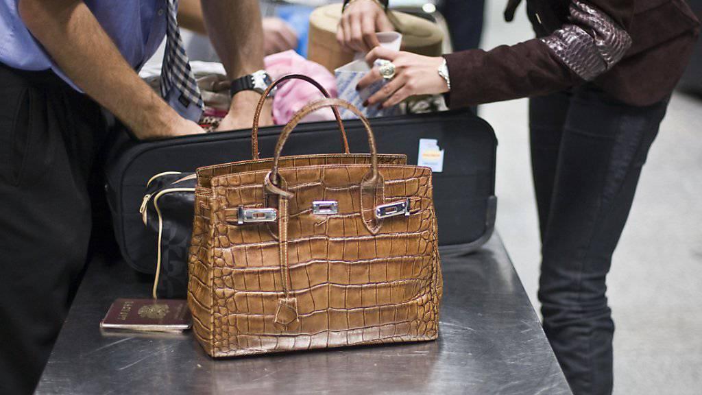 Eine Amerikanerin auf dem Weg in die Ferien hat ihre Schusswaffe in der Handtasche vergessen - die Sicherheitskontrolle am Flughafen Los Angeles bemerkte das nicht. (Symbolbild)