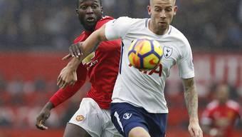 Belgier im Spitzenkampf der Premier League unter sich: Manchester Uniteds Romelu Lukaku (rechts) im Duell mit Tottenhams Toby Alderweireld