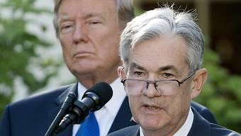 Der Chef der US-Notenbank Fed, Jerome Powell (rechts), gerät wegen seiner konstanten Zinspolitik immer wieder mit US-Präsident Donald Trump in Streit. (Archivbild)