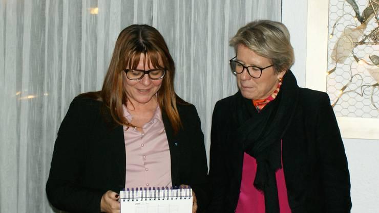 Claudia Hauser (l) dankt Corina Eichenberger (r)