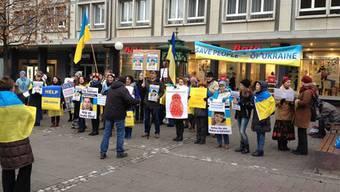 Frühmorgens demonstrieren Ukrainer auf dem Claraplatz für mehr Hilfe von der OSZE und gegen Russland.