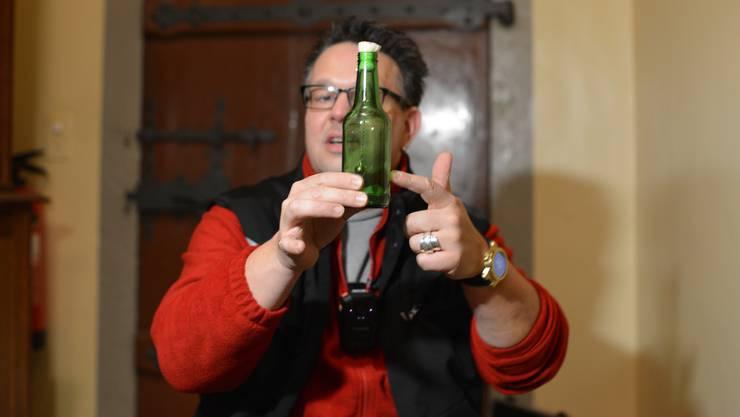 """""""In dieser Flasche ist ein Band mit einer Glocke befestigt"""", erklärt Frei. Die Flasche stelle man in einem Raum auf, in dem man Spuk vermutet. """"Das Glöckchen hat keinen Kontakt zur Flaschenwand. Doch ein Geistwesen kann es zum Klingeln bringen"""", so der Geisterjäger."""