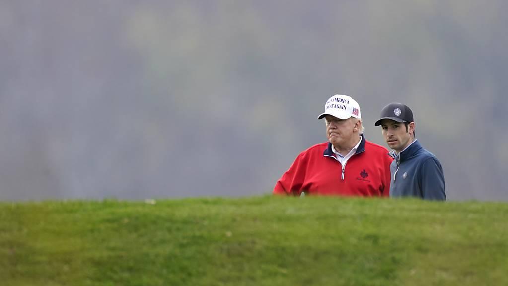 Donald Trump (l), amtierender Präsident der USA, spielt Golf im Trump National Golf Club in Sterling.