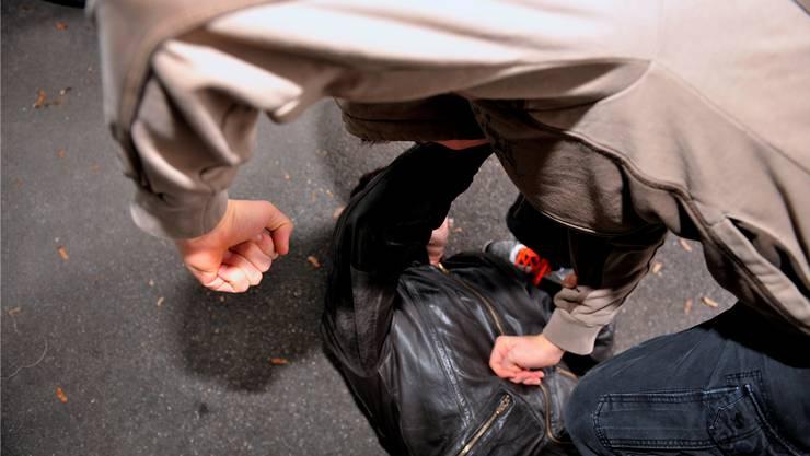 Vier junge Männer wurden nach einer Schlägerei festgenommen. (Symbolbild)