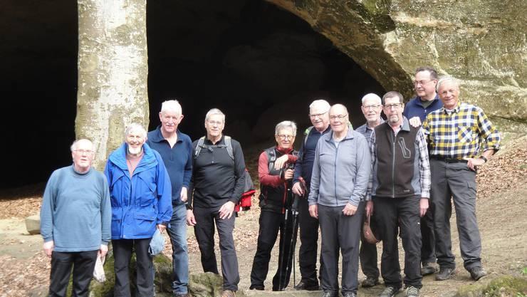 Die Wandergruppe vor den riesigen Sandsteinhöhlen.