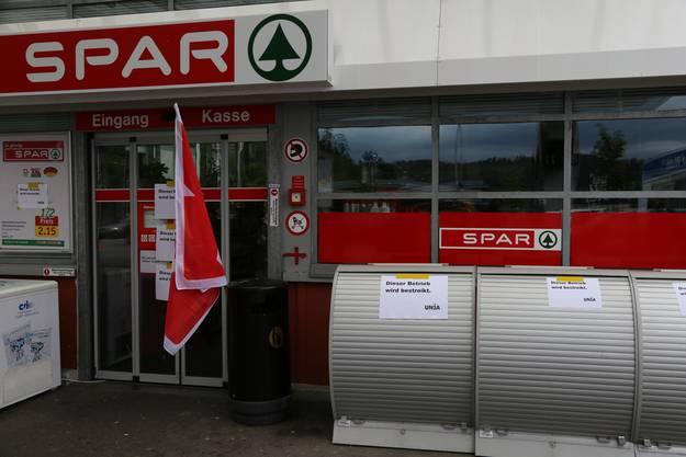Streik vor dem Spar-Tankstellenshop - Personal verlangt Verstärkung.