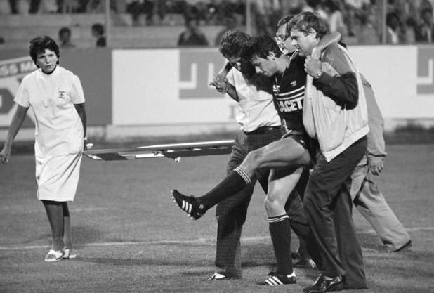 Im Jahr 1985 sorgt Gabet Chapuisat mit einem brutalen Foul am heutigen Dortmund-Trainer Lucien Favre (M.) für eine Premiere: Favre, dessen Knie...