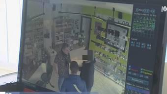 Ein Verkäufer legte eine Diebesbande herein, die es auf die Ladekasse abgesehen hatte - und die Falle schnappte zu.