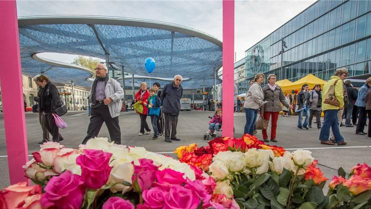 Das weltgrösste Folienkissen überdacht den festlich eingeweihten Bushof beim Bahnhofplatz.