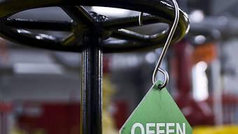 Eine Offen-Tafel hängt im Maschinenhaus der Erdgas Ostschweiz AG (Archiv)