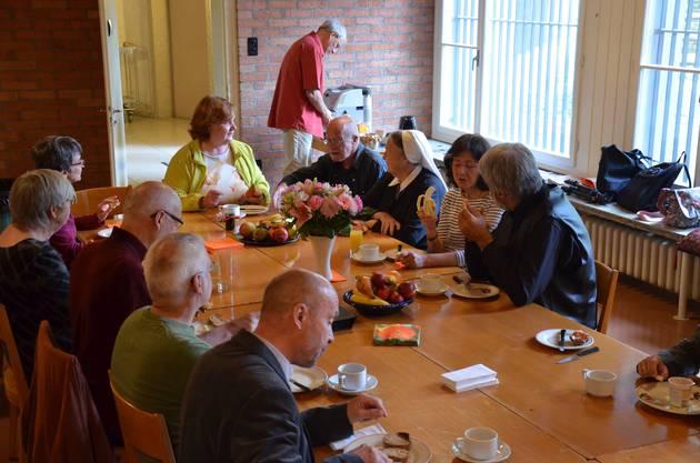 Nach dem Gottesdienst frühstücken die Klostermitglieder gemeinsam.