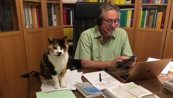 Beat Flach mit Katze im Homeoffice.