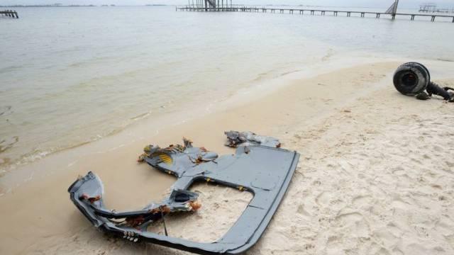 Wrackteile des US-Helikopters wurden am Strand angespült