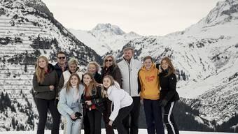 Die niederländische Königsfamilie startet gut gelaunt in ihren Winterurlaub in Lech am Arlberg.