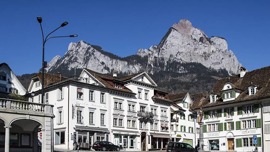 Schwyz ist eine der 15 Gemeinden des gleichnamigen Bezirks, der für das kommende Jahr mit einem Defizit rechne. (Archivbild)