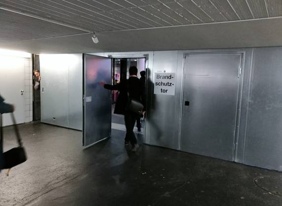 Eine mobile Brandschutzwand im Bahnhof Aarau, die bei einem Brandalarm ausgefahren wird – in diesem Fall war es ein Fehlalarm.