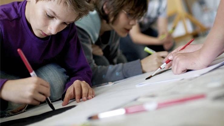 Mathematik und Sprachen würden zulasten der gestalterischen Fächer aufgewertet, kritisieren die Lehrerinnen und Lehrer der musischen Fächer. Symbolbild/Archiv