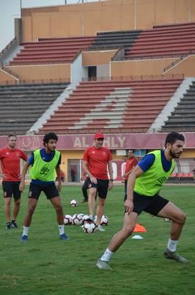 René Weiler (mit Cap) und sein Co-Trainer David Sesa (links) beim Training von Al-Ahly.