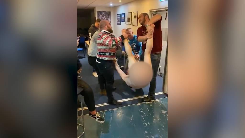 Splitterfasernacktes Weihnachtsfest: Rugbyklub spielt «Menschen»-Bowling
