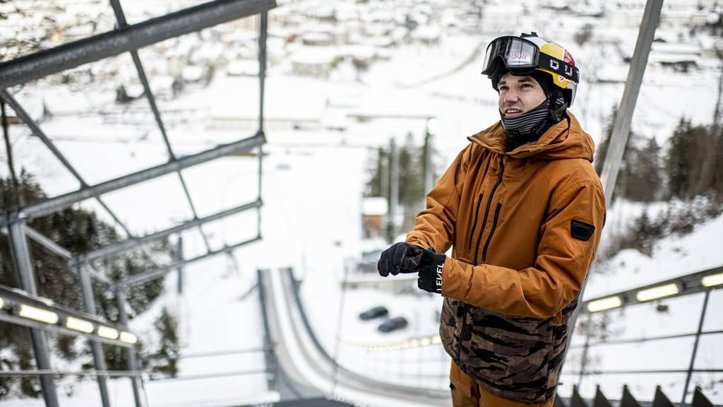 Fabian Bösch wagt sich mit Freestyle-Skiern über die Skisprungschanze