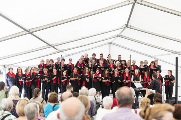 Der Limmi-Chor singt an der Eröffnung des Neubaus «LimmiViva».