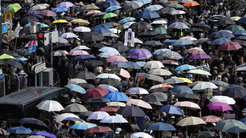 Trotz eines Polizeiverbots haben in Hongkong wieder Zehntausende Menschen gegen die Regierung protestiert.