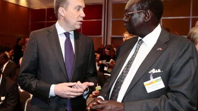 Südsudans Aussenminister Barnaba Marial Benjamin spricht mit Brende