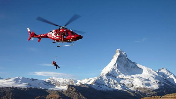 Die erhöhte Steinschlaggefahr am Matterhorn stellt auch die Air Zermatt vor Herausforderungen.