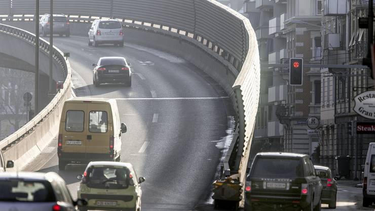 Die Autobahneinfahrt in Zuerich Wiedikon mit Laermschutzwaenden und Wohnungen.