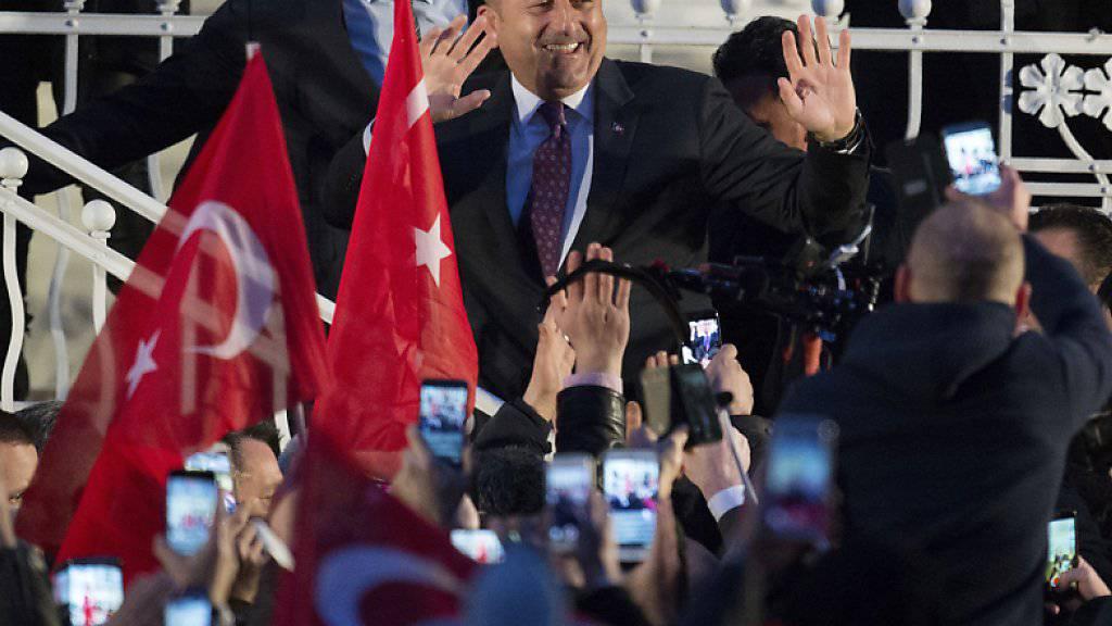 Der Wahlkampfauftritt des türkischen Aussenministers Cavusoglu in Hamburg hatte für Wirbel gesorgt. Nun soll es keine Auftritte türkischer Minister in Deutschland mehr geben bis zum Verfassungsreferendum in der Türkei am 16. April. (Archiv)