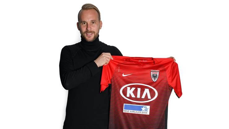 Markus Neumayr mit dem FCA-Trikot.
