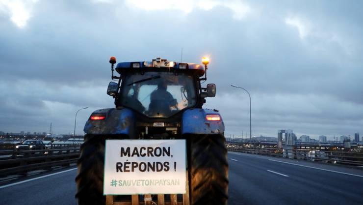 Rund 1000 französische Bauern fahren mit ihren Traktoren in Richtung Paris. Sie fordern mehr Lohn.