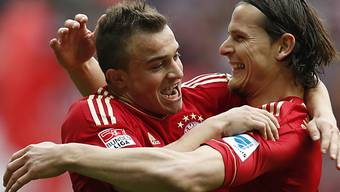 Van Buyten feiert mit Torschütze Shaqiri (l.) das 4:0 der Bayern.