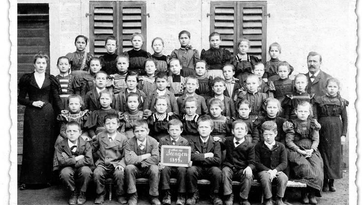 Klassenfoto mit Seenger Bezirksschülern aus dem Jahr 1899 mit Lehrer Heinrich Häfeli am rechten Rand.