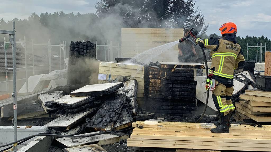 Dachisolation durch Schweissarbeiten in Brand geraten