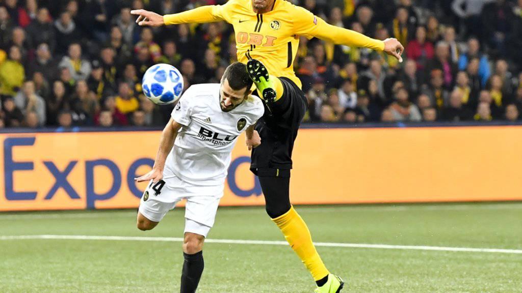 YB-Goalgetter Guillaume Hoarau (oben) im Duell mit Valencias Jose Gaya