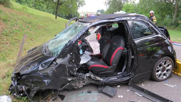 Das Auto fuhr über hundert Meter durch die angrenzende Wiese, dann die Böschung hoch und prallte dort heftig gegen einen Baum.