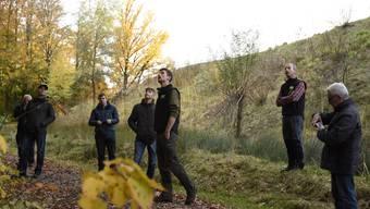 Linus Staubli (Mitte) präsentierte sein Projekt im Höllwald.